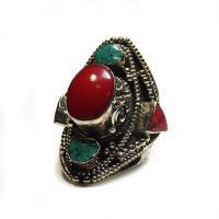 Перстень с красным камнем (2,3 см).