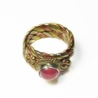 Купить Кольцо витое с красным камнем (1,6 см) в интернет-магазине Ариаварта