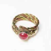 Кольцо витое с красным камнем (1,9 см).