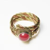 Кольцо витое с красным камнем (1,8 см).