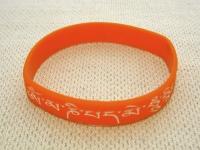Купить Браслет с мантрой ОМ МАНИ ПАДМЕ ХУМ (оранжевый) в интернет-магазине Dharma.ru