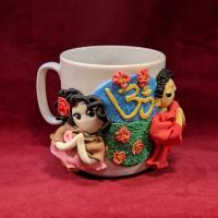 """Сувенирная кружка """"Будда и мирянка"""" (в розово-коричневом платье)."""