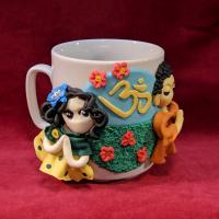 Купить Сувенирная кружка Будда и мирянка (в желто-зеленом платье в зеленый горошек) в интернет-магазине Dharma.ru