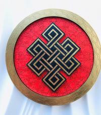 """Декоративная тарелка """"Бесконечный узел"""" (красная, диаметр 13 см)."""