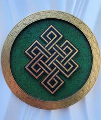 """Декоративная тарелка """"Бесконечный узел"""" (зеленая, диаметр 13 см)."""